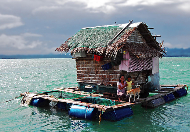 A typical grow-out facility in Southern Palawan. Operators must feed and protect the fish, which are held in submerged cages beneath and around the central hut for around 10 months. There is no electricity. Food and water are supplied exclusively by boat (Gregg Yan/WWF)